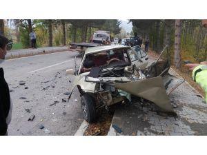 Kamyonet İle Otomobil Çarpıştı, 3 Kişi Yaralandı