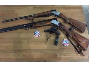 Polis Durdurduğu Araçta Çok Sayıda Silah Ele Geçirdi