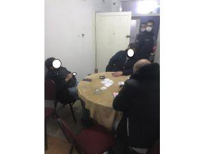 Kumar Oynarken Yakalandı, Ceza Yazılmasını Sigara İçerek Bekledi