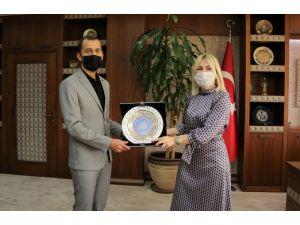 Rektör Özkan, Antalya'dan cepheye koşan Azerbaycanlı doktor ile görüştü