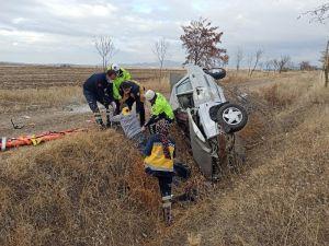 Otomobil Şarampole Takla Attı: 1 Ölü, 1 Yaralı