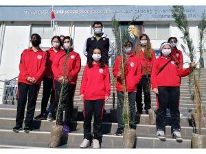 Kepez'in Sporcuları Da İlçeyi Yeşillendiriyor