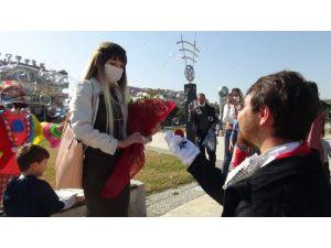 Delikanlı kostümün içinden çıktı genç kız neye uğradığını şaşırdı