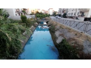 Sulama kanalının rengi maviye döndü, vatandaşlardan ihbar yağdı