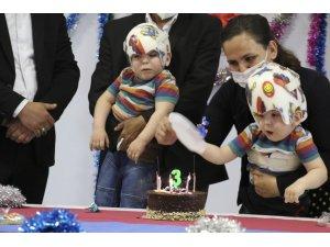 Ameliyatla Ayrılan Siyam İkizlerine Doğum Günü Sürprizi