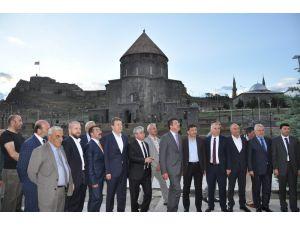 Bakan Zeybekci 3 bin kişiyle iftar açtı