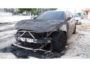 Lüks araba alev alev yandı, patlama sesi vatandaşları sokağa döktü