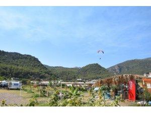 Kumluca'da gençler, paraşüt ve paramotorlarla ormanları koruyorlar