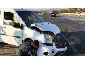 Hafif Ticari Araç İle Otomobil Çarpıştı: 5 Yaralı