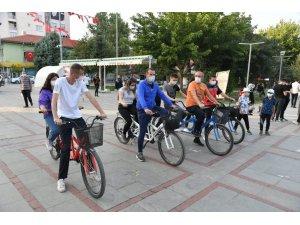 Isparta'da görme engelliler 'sporda engel yok' diyerek, pedal bastılar