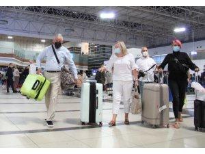 4 ay sonra Antalya'ya ilk İngiliz turist kafilesi geldi