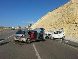 İki otomobil kafa kafaya çarpıştı: 2 ölü, 6 yaralı