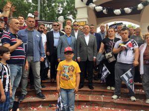 Beşiktaş'ın bayrağı Büyükçekmece'deki Şampiyonlar Anıtı'na asıldı