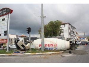 Virajı alamayan beton mikseri devrildi: 1 yaralı