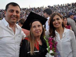 68 yaşında üniversiteyi ikincilikle bitirdi