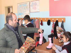 Gurbetçi Kadından Siirtli Yoksullara Ayakkabı Yardımı