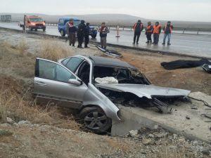 Konya'da Otomobil Menfeze Çarptı: 2 Ölü, 1 Yaralı