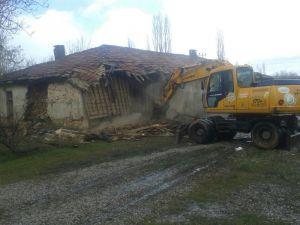 Seydişehir Belediyesi metruk binaların yıkımına devam ediyor