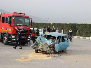 Otomobil İle Minibüs Çarpıştı: 1 Ölü, 2 Yaralı