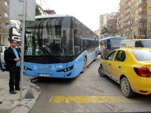 Kadıköy'de Halk Otobüsü Ve Ticari Taksi Çarpıştı: 1 Yaralı