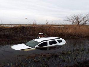 Su Dolu Tahliye Kanalına Uçan Sürücüyü İtfaiye Kurtardı