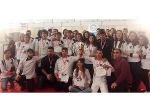 AÜ'lü öğrenciler 12 madalya kazandı