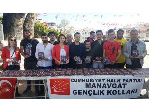 CHP'li gençler Nutuk dağıttı