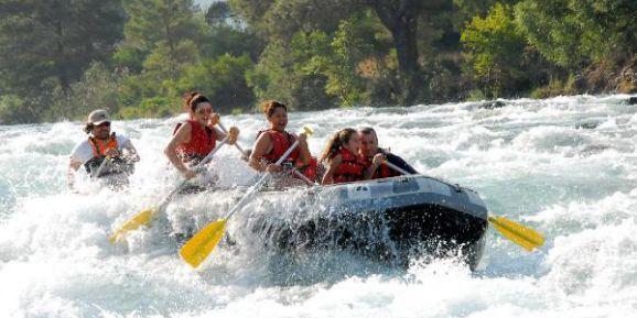 Rafting botları suya iniyor