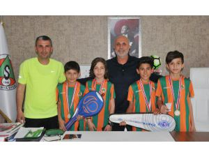 Çavuşoğlu şampiyon badmintoncuları ağırladı