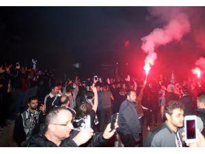 Beşiktaş taraftarı takımını meşalelerle karşıladı