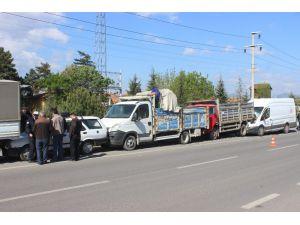 Minibüs, park halindeki 4 araca çarptı: 1 yaralı