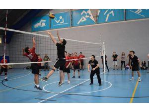 Spor şenliklerde cimnastik ve voleybol heyecanı