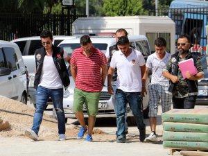Parklarda uyuşturucu satan 3 kişiye gözaltı