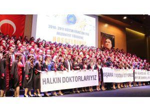 Genç doktorların mezuniyet sevinci