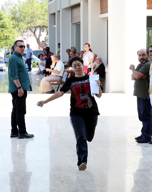Saniye Farkı İle Kapanan Sınav Kapısı, Bina Önündekilerin Israrıyla Açıldı
