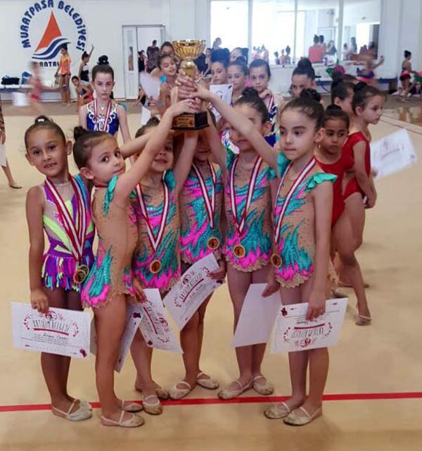 Jimnastikçiler madalyaları topladı