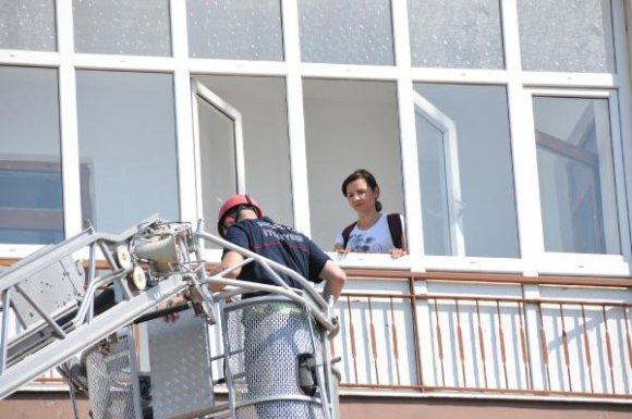 4'üncü katta mahsur kalan kadını itfaiye kurtardı