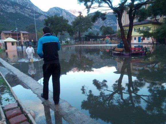 Antalya'da sağanak hayatı olumsuz etkiledi (2)