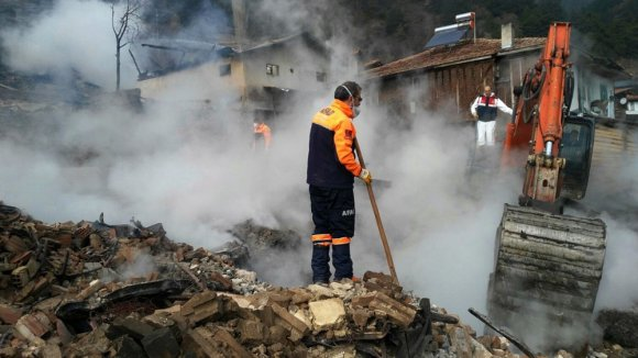 Tosya'da Yangında Hayatını Kaybeden Yaşlı Kadının Kemikleri Enkaz Altında Bulundu