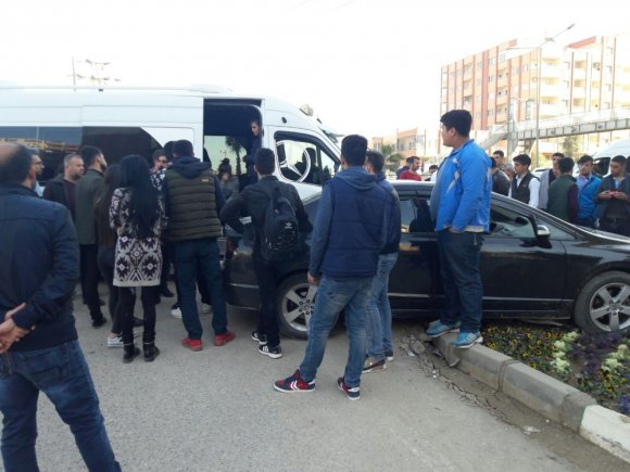 Kızıltepe'de Otomobil Öğrenci Servisine Çarptı