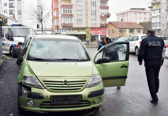 Otomobiline Binerken Otomobil Çarptı