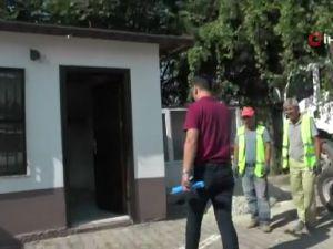Binası yıkılan kadın muhtar, açık alana tezgah açtı, 'hizmete devam' dedi