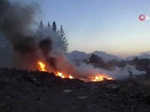 Antalya'da atık malzeme yangını korkuttu