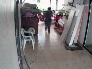 Hırsızlık için girdiği iş yerine tuvaletini yapıp gitti