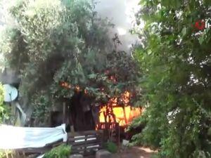 Alevler içinde kalan ahşap ev kullanılamaz hale geldi