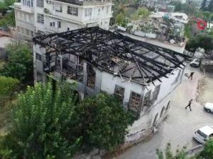 Tarihi konağın yanan kalıntıları, mahallenin korkulu rüyası oldu