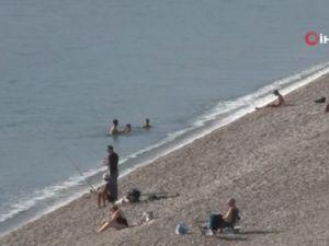 Antalya'da sıcak kış ayının tadını denizde çıkardılar