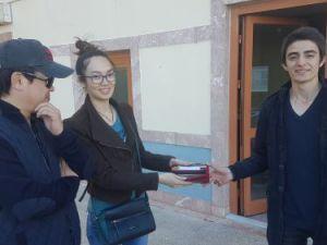 Minibüste bulduğu 10 bin lirayı Özbek turistlere teslim etti