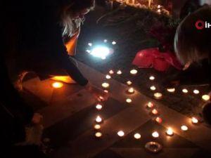 Uçak kazasında hayatını kaybedenler için çiçek bıraktılar