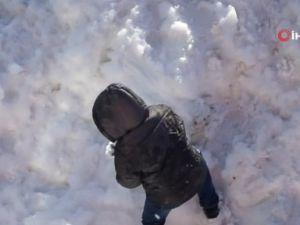 Dağlardan çocuklar için 30 kamyon kar getirildi